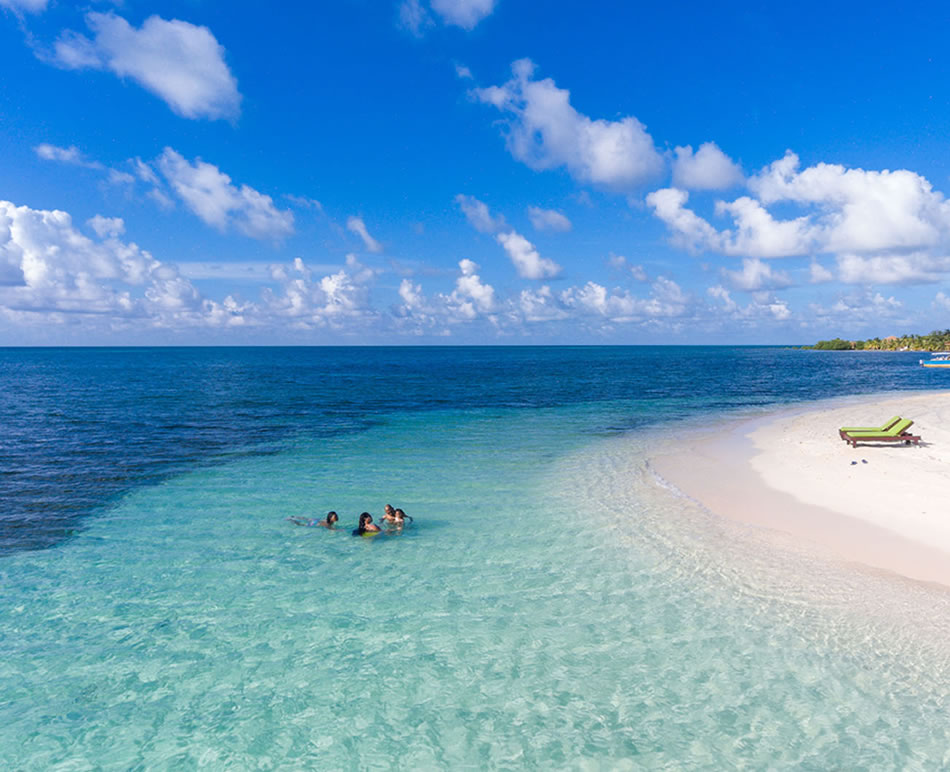 Belize Glovers Reef Atoll - Family Drone